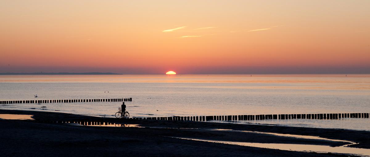 Sonnenuntergang am Strand Schwarzer Busch